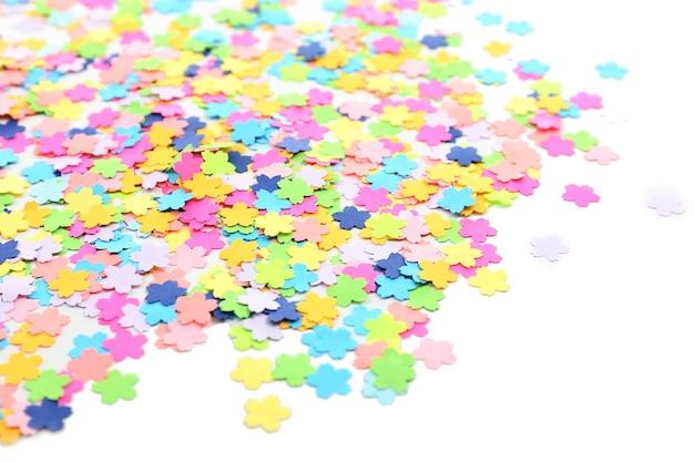 Confettis sur fond blanc