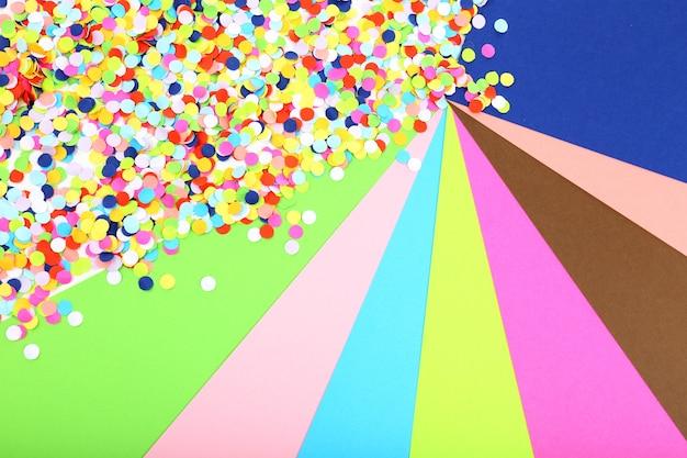 Confettis sur fond coloré