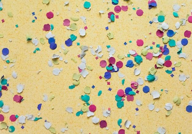 Confettis sur fond jaune