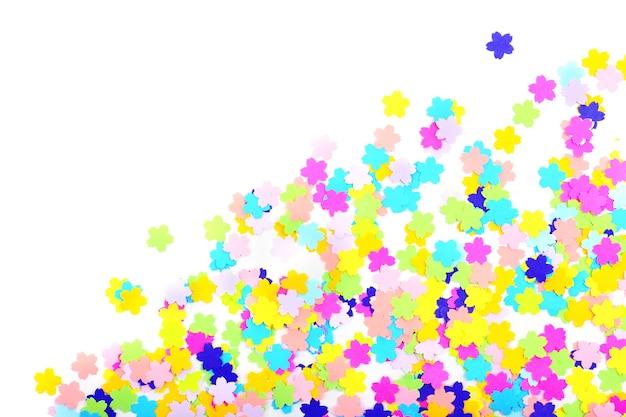 Confettis isolés sur blanc