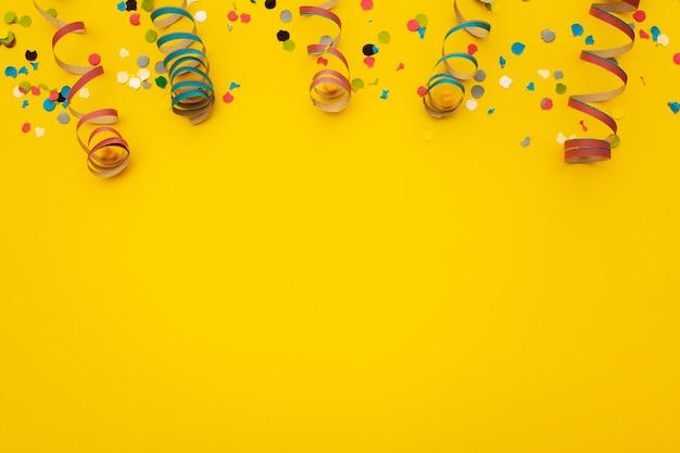 Confettis Sur Jaune Photo gratuit