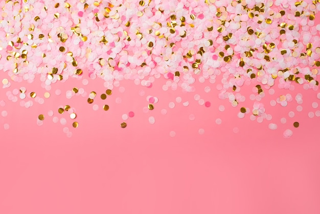 Confettis multicolores sur fond clair