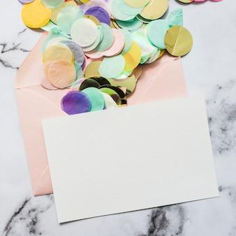 Confettis sortant d'une enveloppe