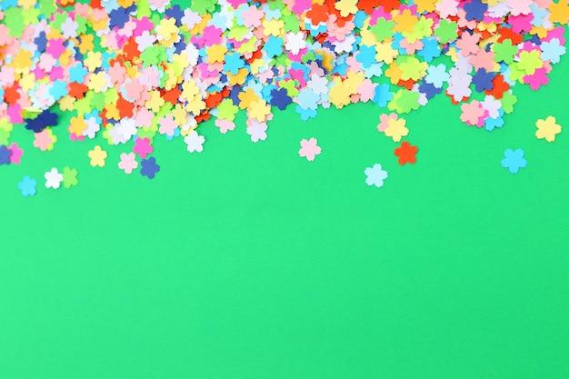 Confettis sur surface verte