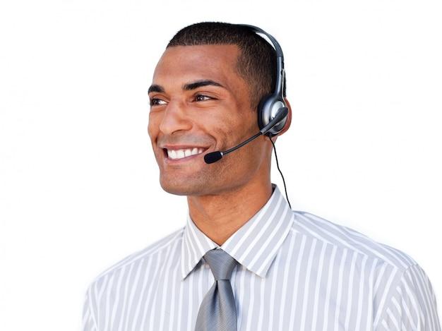 Confiant agent de service à la clientèle afro-américaine avec casque sur