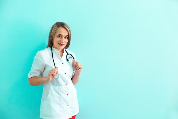 Confiant femme médecin avec stéthoscope.