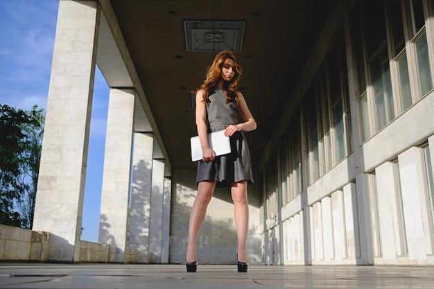 Confiant, femme, tenue, ordinateur portable