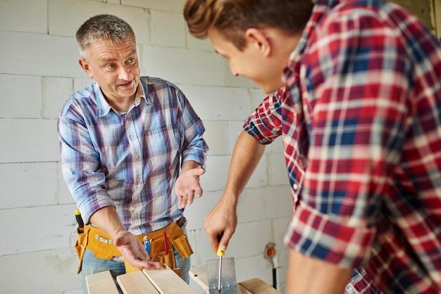 Confiant jeune charpentier faisant son travail