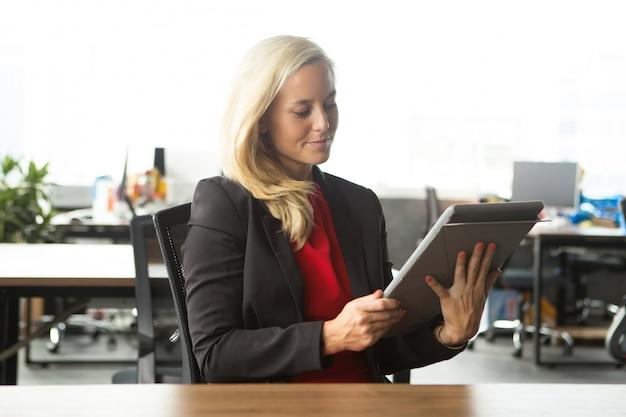 Confiant jeune femme d'affaires utilisant le pavé tactile