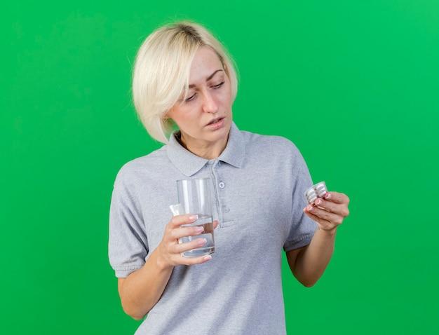 Confiant jeune femme blonde malade slave