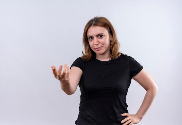 Confiant jeune femme décontractée faisant des gestes venez ici sur un espace blanc isolé avec copie espace