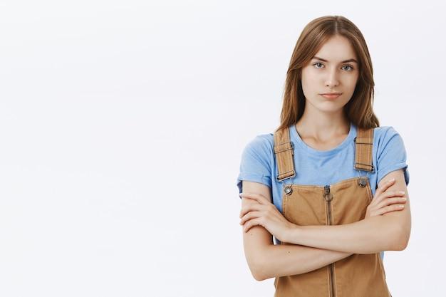 Confiant jeune femme souriante à la recherche de professionnel