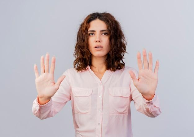 Confiant jeune fille caucasienne, les gestes arrêtent le signe de la main à deux mains