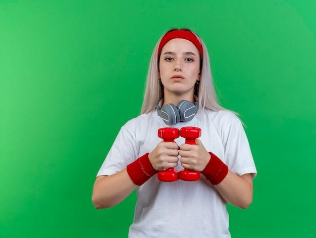 Confiant Jeune Fille Sportive Caucasienne Avec Des Accolades Portant Un Bandeau Photo gratuit