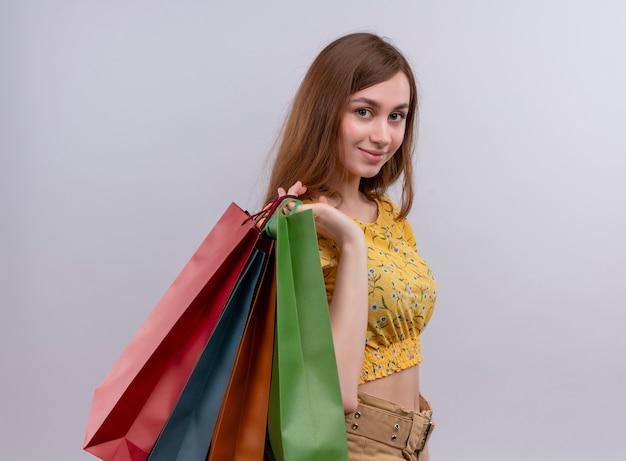 Confiant jeune fille tenant des sacs en papier sur l'épaule avec espace de copie