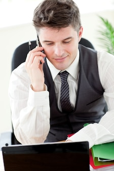 Confiant jeune homme d'affaires, parler au téléphone