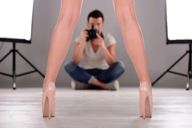 Confiant jeune homme photographiant le modèle au studio.