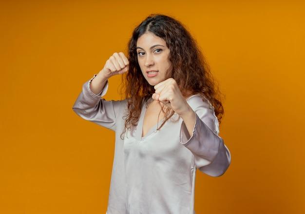 Confiant jeune jolie fille debout dans la pose de combat