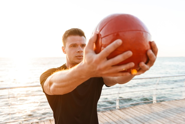 Confiant jeune sportif faisant des exercices