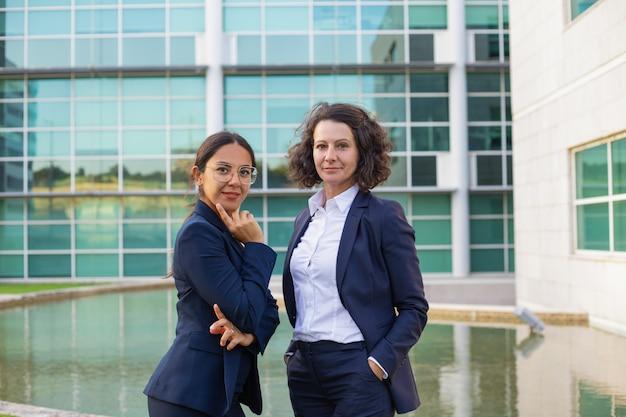 Confiant, professionnels femmes affaires, poser dehors