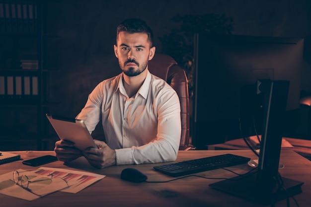 Confiant, sérieux, homme affaires, tenue, tablette