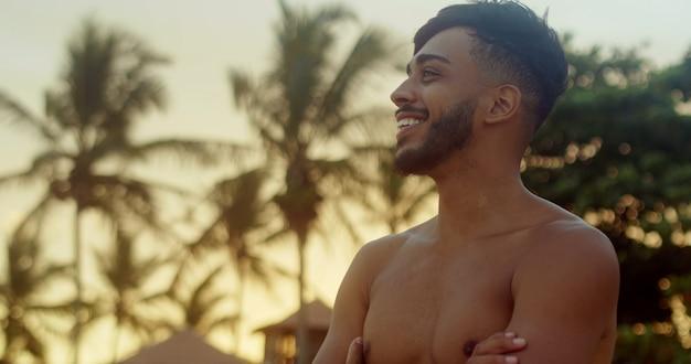 Confiant et souriant faisant un geste avec sa main positive et amicale plage du brésil