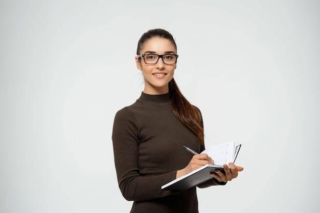 Confiant, sourire, femme affaires, écriture, notes