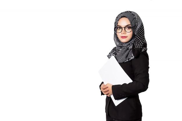 Confiante jeune asiatique musulmane