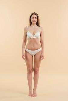 Confiante jeune femme posant en sous-vêtements