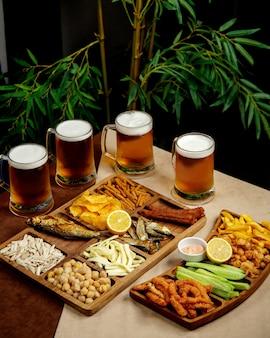 Configuration de bière avec des verres à bière et des plateaux de collations