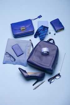 Configuration de la nature morte de style de mode de couleur bleue sur la surface bleue