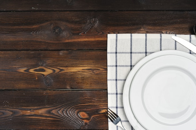 Configuration de table avec des assiettes sur une surface en bois sombre