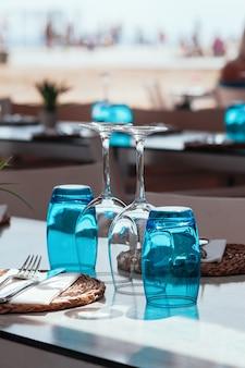Configuration de la table dans un restaurant ou un café en plein air