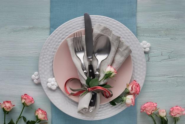 Configuration de la table pour la saint-valentin, les anniversaires ou les anniversaires, vue du dessus sur une table lumineuse