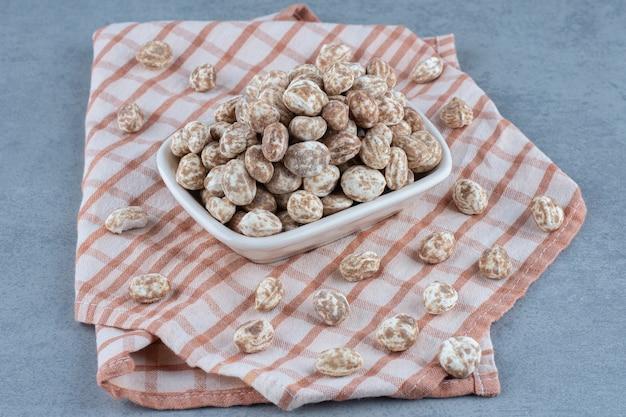 Confiserie à la cannelle dans le bol sur la serviette, sur la table en marbre.