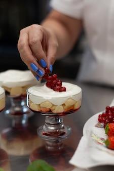 Confiseur décore le dessert avec des baies