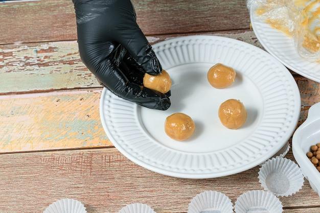 Confiseur faisant brigadeiro (brigadier) avec dulce de leche et le laissant dans l'assiette.