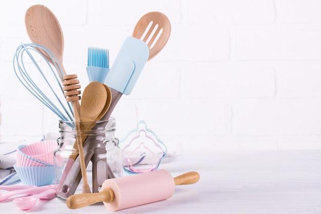 Confiseur de lieu de travail, ingrédients alimentaires et accessoires pour faire des desserts, arrière-plan pour texte ou logo