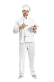 Confiseur mâle avec dessert savoureux sur blanc