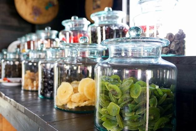 Confits, fruits séchés en vente libre sur le marché