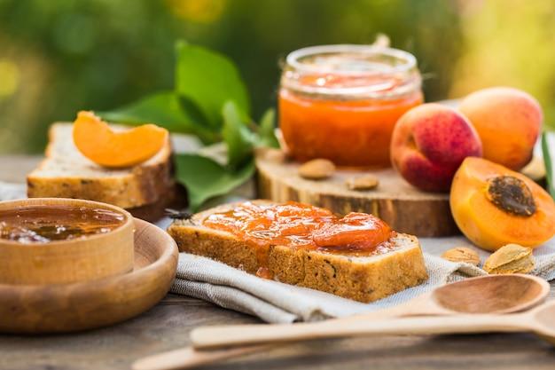 Confiture d'abricot et abricots mûrs sur la table en bois.