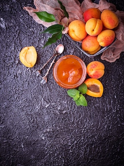 Confiture d'abricot dans un bocal en verre