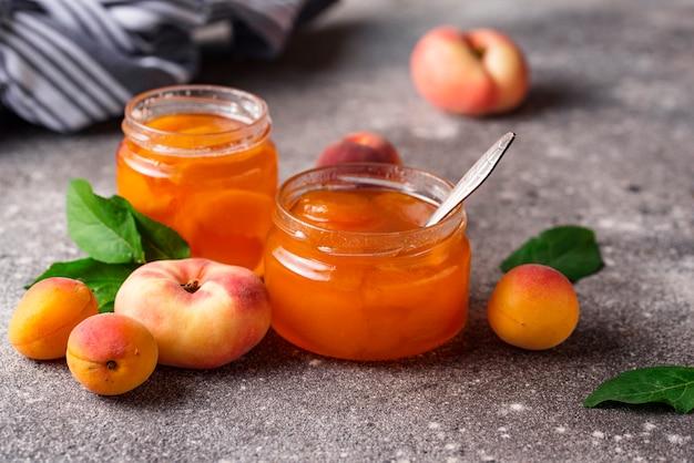 Confiture d'abricot en pot de verre