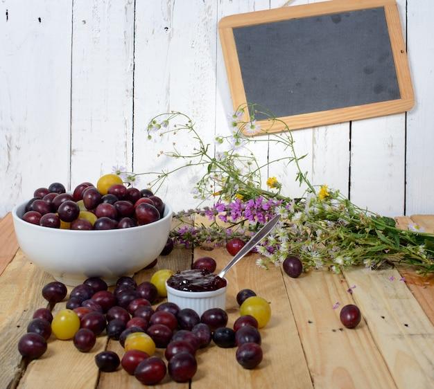 Confiture aux prunes rouges et jaunes