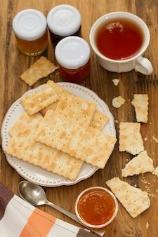 Confiture de biscuits sur une assiette, une cuillère et une tasse de thé