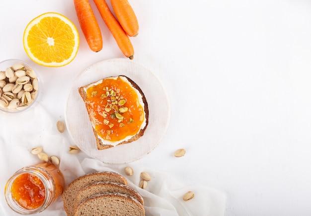 Confiture de carottes au jus d'orange sur fond gris