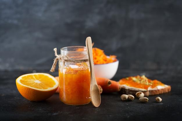 Confiture de carottes au jus d'orange sur fond noir