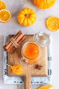 Confiture de citrouille avec des oranges et des épices.