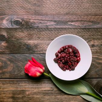 Confiture dans un bol et fleur fraîche