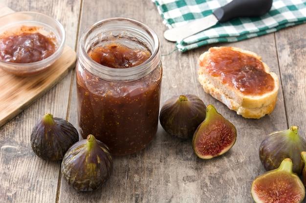 Confiture de figue sucrée dans un bocal sur une table en bois